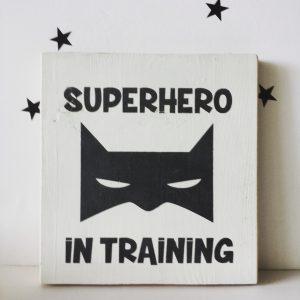 """superhero in training"" תמונת קיר מאוירת"