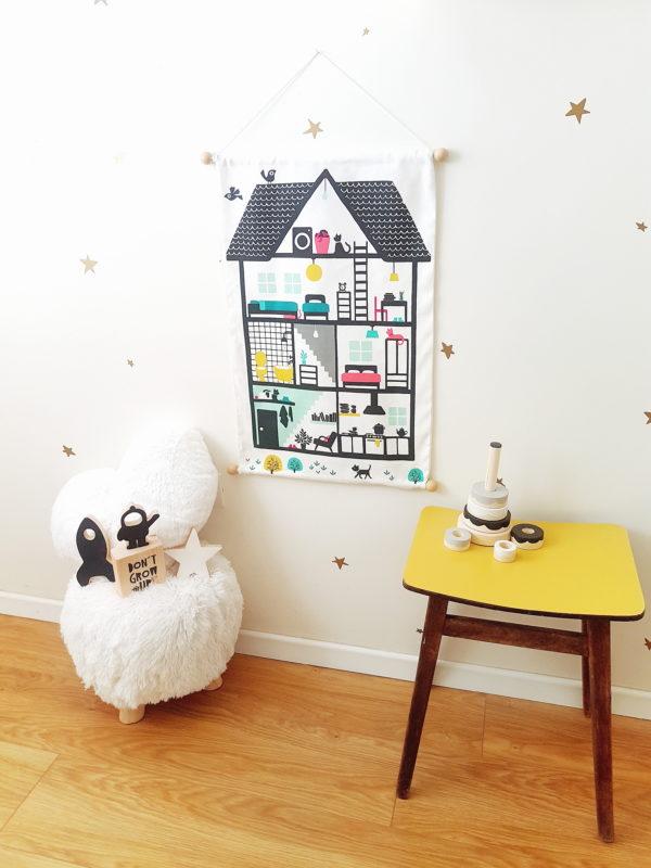 בית בובות מכותנה לתליה על הקיר