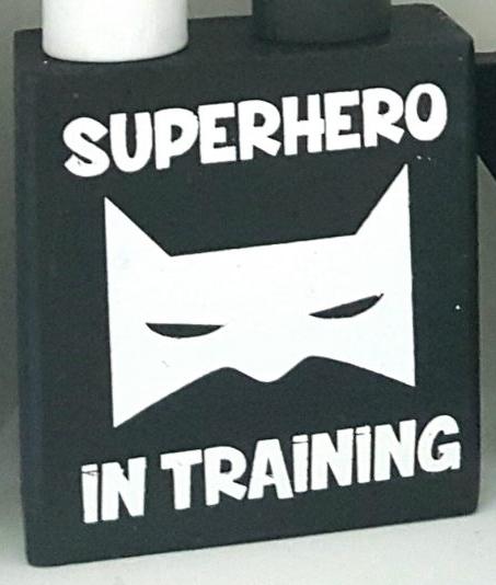 בלוק עץ עם כיתוב super hero in training
