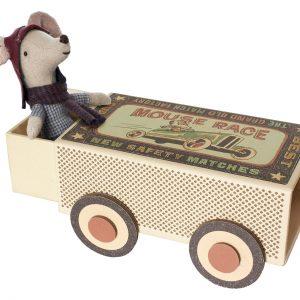 עכבר מרוצים עם רכב מרוצים