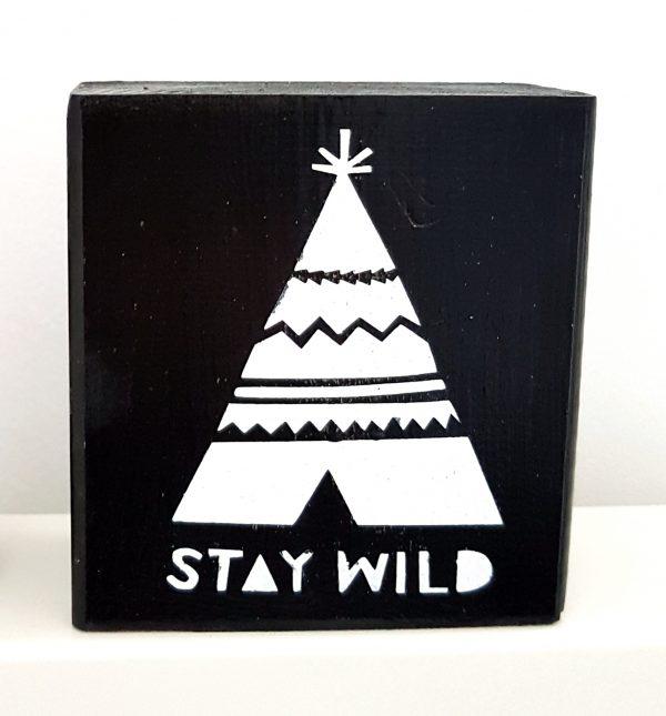בלוק עץ עם איור אוהל טיפי שחור לבן