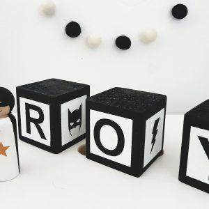 סט בלוקי עץ לבן/שחור עם כיתוב שם אישי