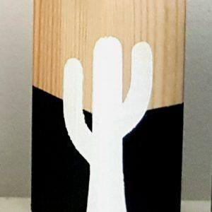 בלוק עץ עם איור קקטוס