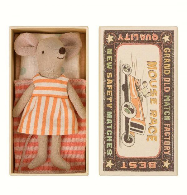עכברת האחות הגדולה עם מיטת קופסת גפרורים