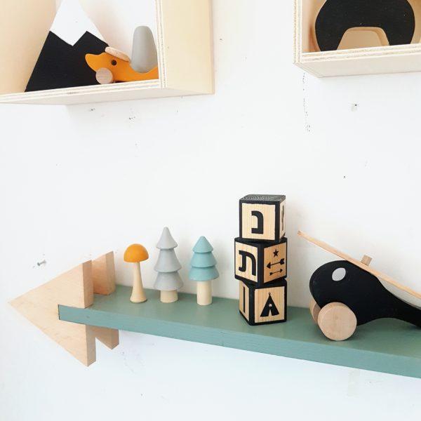 סט בלוקי עץ ממוסגרים בצבעי עץ ושחור עם כיתוב שם אישי