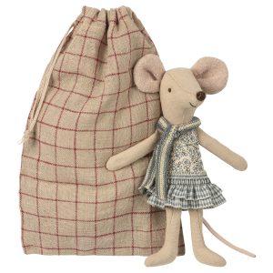 אחות עכברית גדולה בשק מסעות