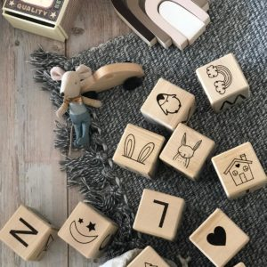 סט קוביות עץ עם איורים ואותיות אנגלית