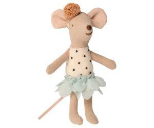 נערת עכבר במזוודה