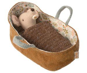 עכברונת תינוקת במיטת נשיאה
