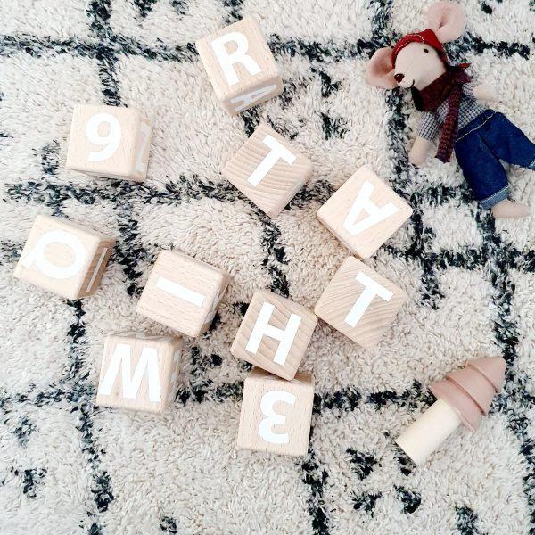 סט קוביות עץ עם מספרים ואותיות אנגלית