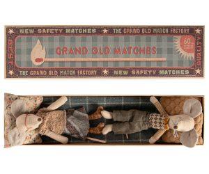 סבא וסבתא בקופסת גפרורים