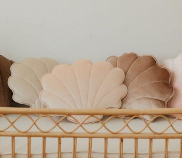 כרית קטיפה בצורת צדף בצבע אפרסק