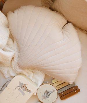 כרית קטיפה בצורת עלה גינקו קרם