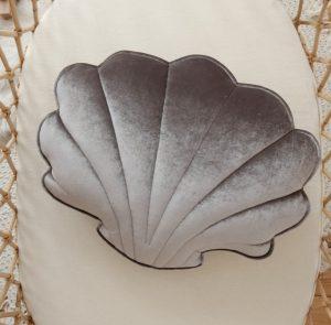 כרית קטיפה בצורת צדף בצבע אפור