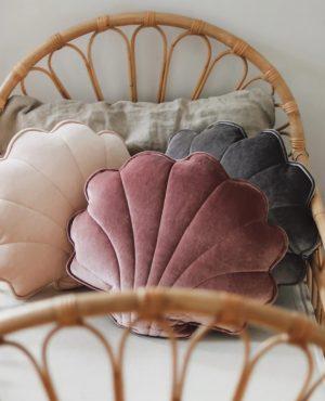 כרית קטיפה בצורת צדף בצבע ורוד עתיק